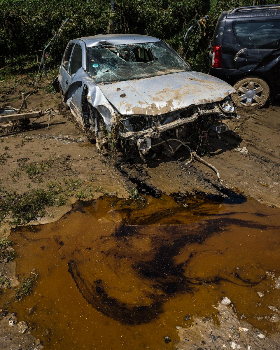Öl läuft aus einem Auto in eine Pfütze.